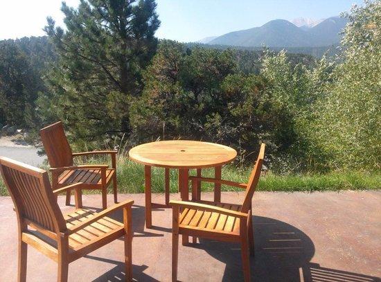 Mount Princeton Hot Springs Resort: Cliffside room patio
