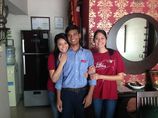 Sai Villa: Taking a picture with the housekeeper.