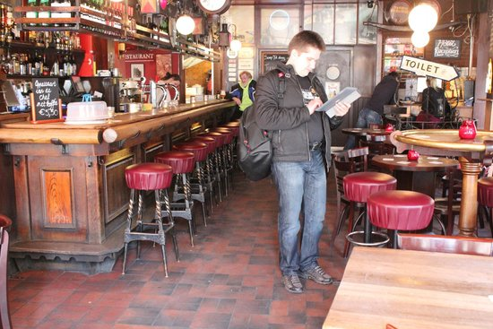 Hotel Cafe Corner House : бар, через который проходишь, чтобы попасть в отель
