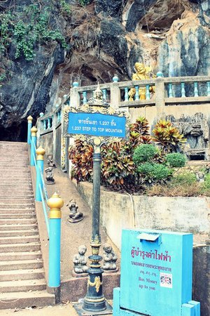 Tiger Cave Temple (Wat Tham Suea) : Starting point of the climb.