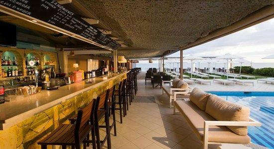Iakinthos: Bar - near the pool and the beach