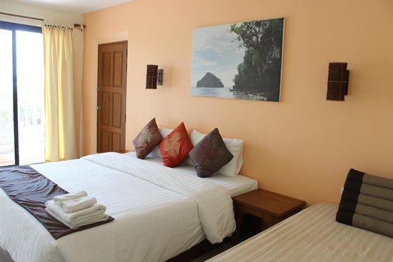 Srisuksant Resort: Hotel room.