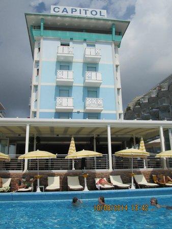 Hotel Capitol: бассейн у веранды отеля
