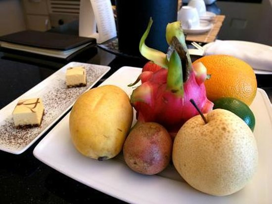 Caravelle Saigon: fruit & cake, 2nd day