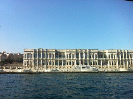 Bosphorus Cruise Day Trips: вид на дворец Долмабахче