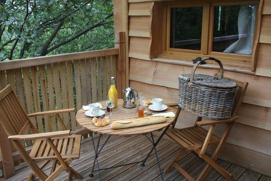 petit d jeuner sur la terrasse photo de cabane en provence entrechaux tripadvisor. Black Bedroom Furniture Sets. Home Design Ideas
