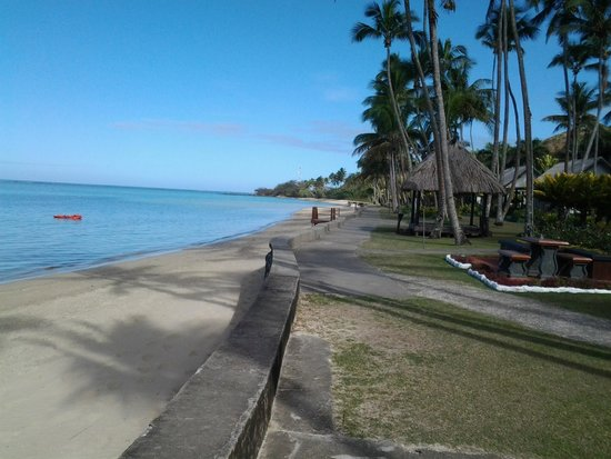 Fiji Hideaway Resort & Spa: Beach front View to right of resort as you look at beach