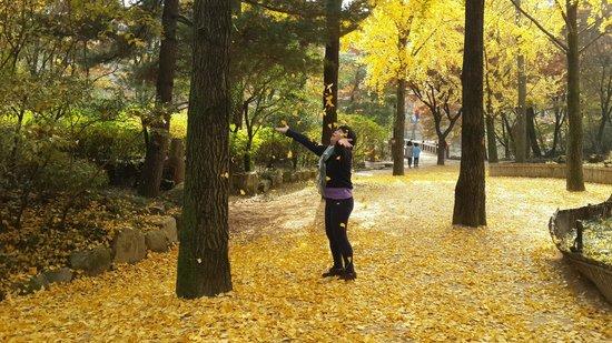 Korean Folk Village: Having fun like young girl!