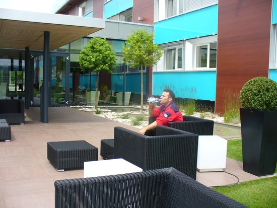 Novotel Lausanne Bussigny: small garden