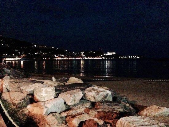 Straluna : Paesaggio dai tavoli in terrazza sulla spiaggia