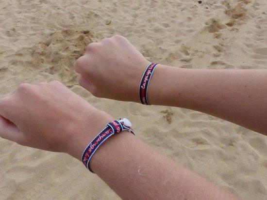Camping Les Places Dorees : Fières de montrer nos bracelets