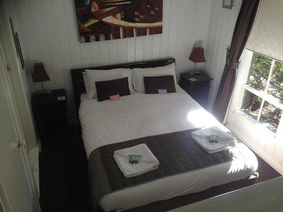 Annie Roe's Luxury Bed & Breakfast: Queen Bed