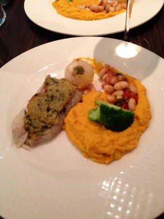 Auberge St-Maclou: Dos de lieu noir avec croute de parmesan, purée de carottes au cumin et haricots blancs