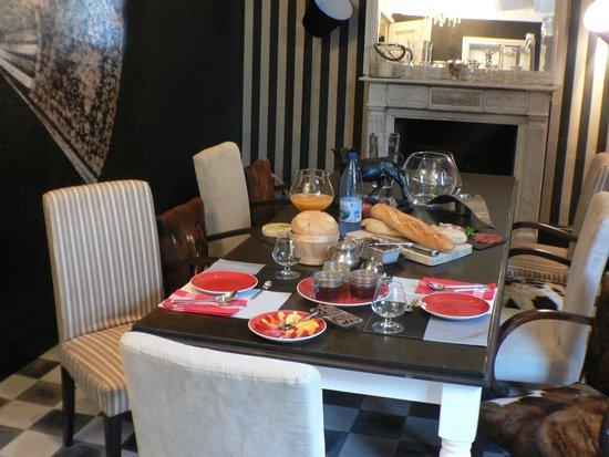 A Table De La Salle A Manger Dressee Pour Le Petit Dejeuner