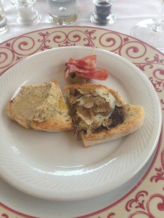Casa Portagioia: Vorspeise vom Dinner: gemischte Crostini mit Trüffel