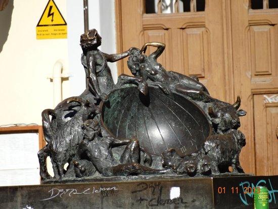 Amir De Nit: Памятник солнечным часам на площади