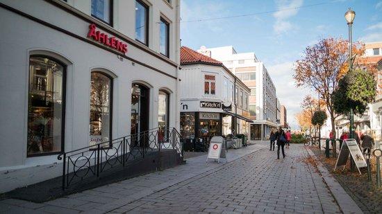 City Living Scholler Hotel & Apartments: Street view pedestrian area