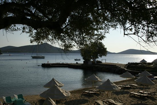 Elounda Mare Relais & Chateaux hotel: Earlyish morning from above the beach.