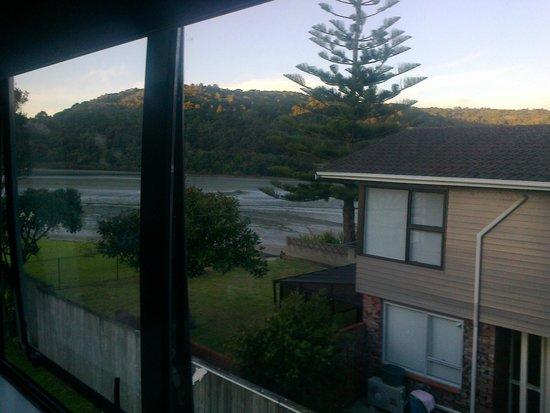 Waiwera Motel: Sunset from across the neighbours