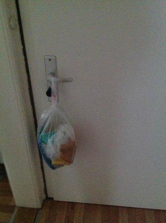 Apartments Thommen: Sacchetto con spugne sporche appeso alla porta