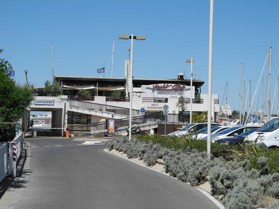 Le Yacht Club: Вид на ресторан со стороны порта