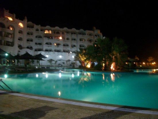Lella Baya & Thalasso Hotel: vue de la piscine la nuit