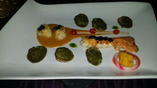 Aux petits plaisirs : Queue de homard au caviar - noix de St Jacques au caviar sèche et palourdes...
