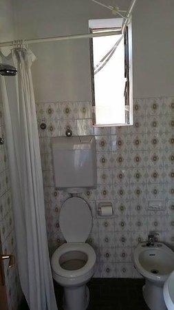 Baltic: particolare della finestra in bagno, peraltro rotta, con vista sul balconcino della camera attig