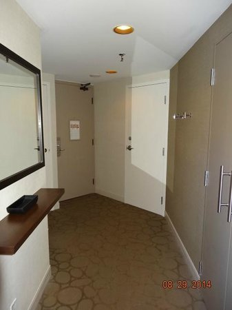 Delta Hotels par Marriott Montréal : Bedroom angles entry way