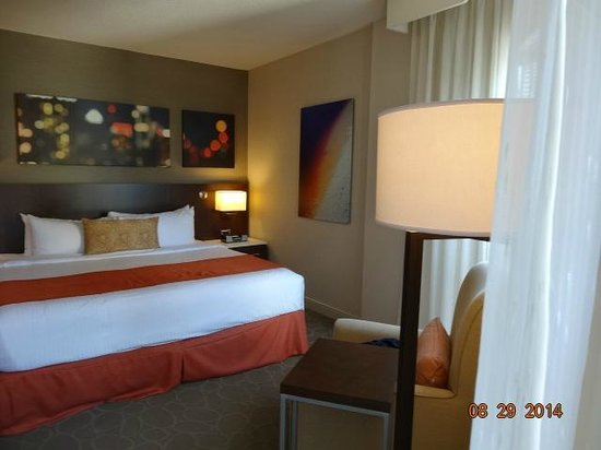 Delta Hotels by Marriott Montreal: Bedroom angles