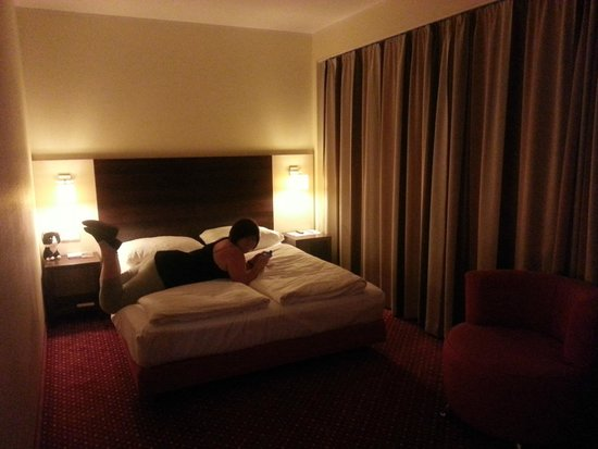 AZIMUT Hotel City South Berlin: Doppelbett
