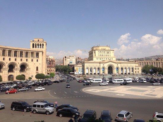 Armenia Marriott Hotel Yerevan: Площадь перед отелем.