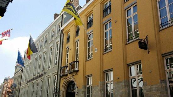 Grand Hotel Casselbergh Bruges: Frontage 50 m van the Burg.