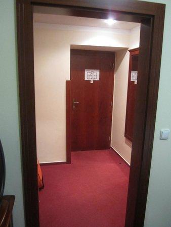 Hotel Lunik: Entrada Habitacion