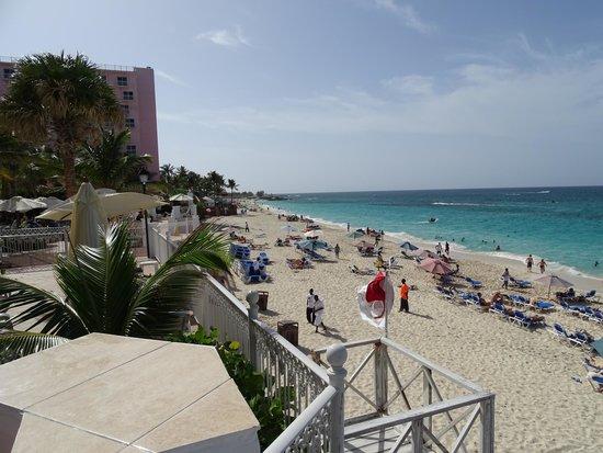 Hotel Riu Palace Paradise Island : beach hotel