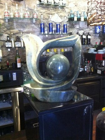 Pinotage Restaurante and Cafe: The restaurant is full of interesting sculptures from Zimbabwe and South Africa.
