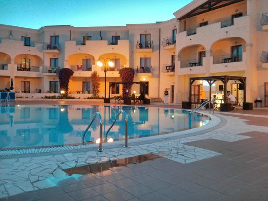 Blu Hotel Morisco Village: Ingresso e picina di sera