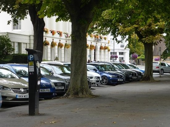 Brasserie Blanc : Parking in the square