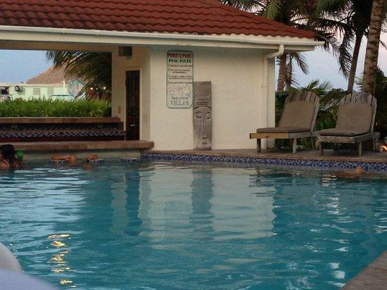 Paradise Villas: poolside
