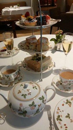 Millennium Hotel London Mayfair : Afternoon tea table.