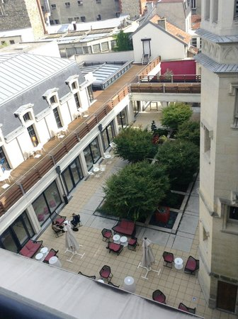 BEST WESTERN PLUS Hotel de la Paix: View from top floor five over the courtyard (bar noisy at night)