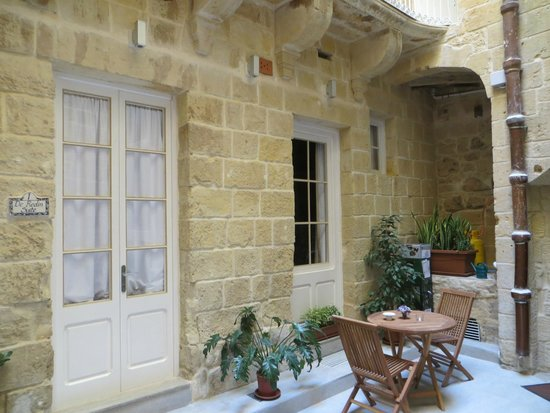 Valletta Merisi Suites : Rooms from outside