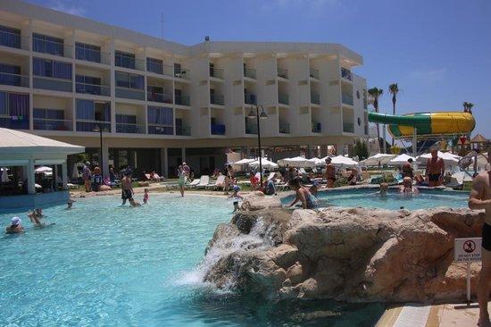 Leonardo Laura Beach & Splash Resort: нижний бассейн и джакузи