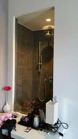 Camera da letto con vista inusuale della doccia :) - Foto di Hotel ...