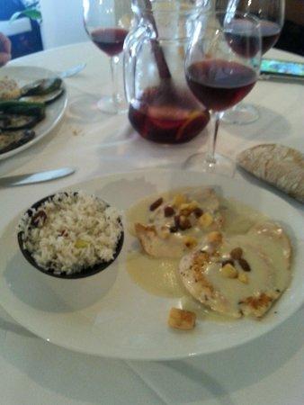 Les Quinze Nits: Petto di pollo alla crema di formaggi, mele e uvetta