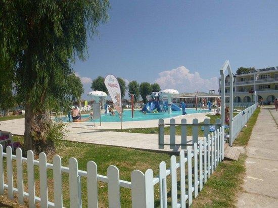 Messonghi Beach Resort: Piscine enfant accès à tous