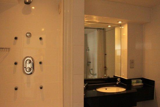 Airport Inn Gatwick: lovely bathroom