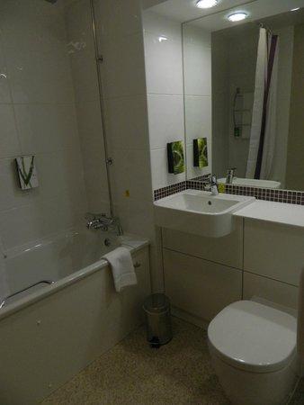 Premier Inn London Bank (Tower) Hotel: bagno con vasca