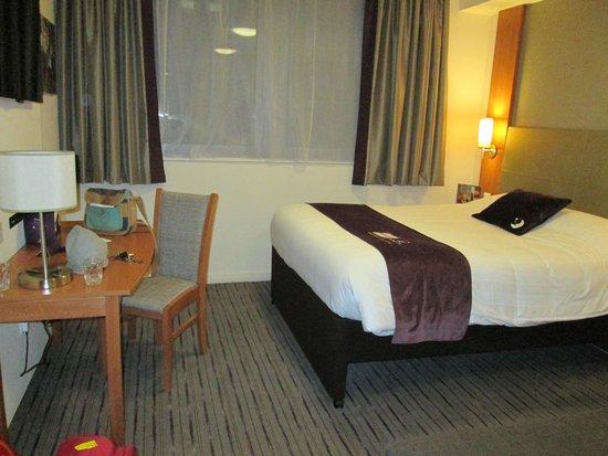 Premier Inn London Bank (Tower) Hotel: letto - scrivania
