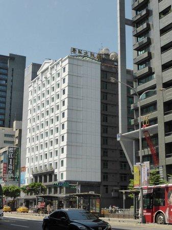Golden China Hotel: 駅の入り口はすぐとなり